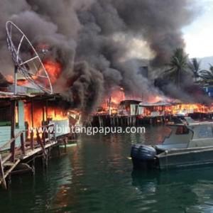 Puluhan rumah penduduk termasuk salah satu gedung gereja di kawasan Pelabuhan Laut Jayapura, ludes terbakar
