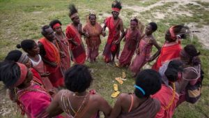 Warga suku Knasaimos menggelar upacara